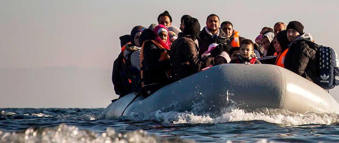 Flyktingar och  migranter anländer  i gummibåt till den grekiska ön  Lesbos.