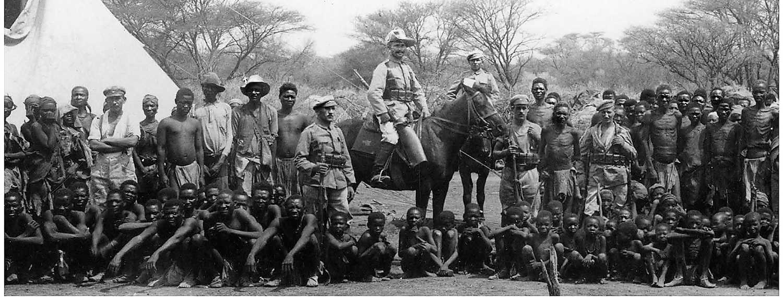 """Tyska """"uppsamlingstrupper"""" med infångade svältande hereroer som ska skickas till koncentrationsläger. Foto: National Archives of Namibia"""
