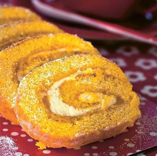 """Rulltårta med saffran och lemon curd. Recept ur boken """"Julens godaste kakor""""."""