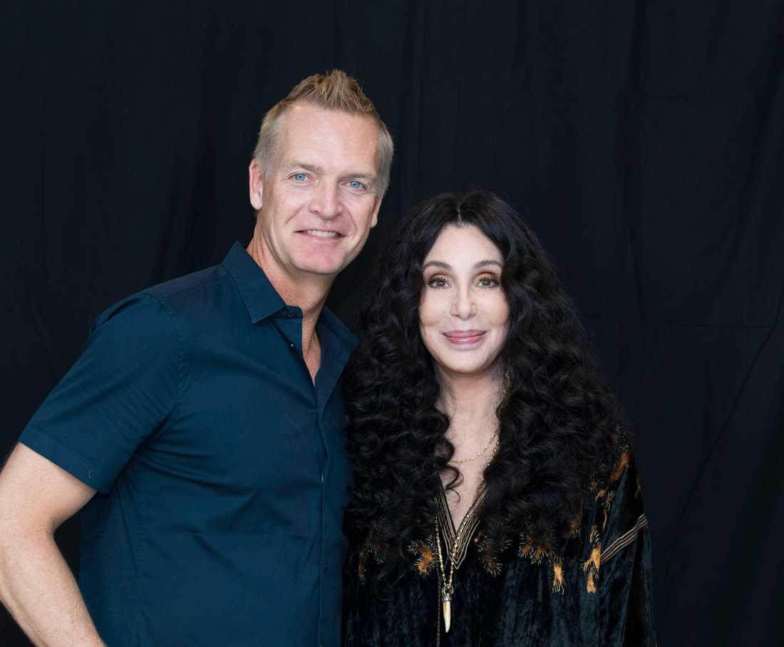 """Cher, här med Aftonbladets Magnus Sundholm, lyfter det nya """"Mamma Mia""""-soundtracket."""
