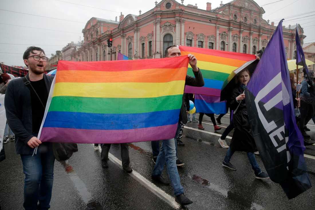 En regnbågsglass kan göra att barns acceptans för regnbågsflaggan ökar, menar en rysk kvinnoorganisation, som inte tycker att det är bra. Bilden är från en demonstration i S:t Petersburg 2018.