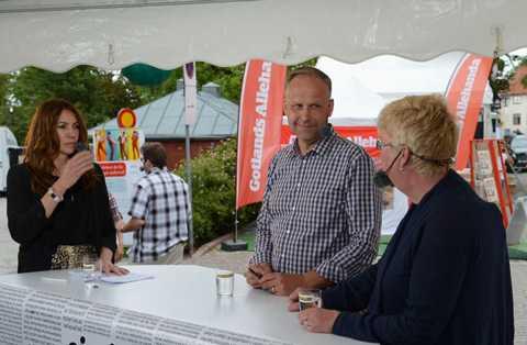 """Karin Magnusson, till vänster, frågade ut vänsterledaren Jonas Sjöstedt i """"Oj, vilken dag!"""". Till höger Aftonbladets samhällschef Lena Mellin."""