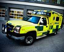 Föraren försökte underlätta för ambulansens utryckning. Då tog polisen hans körkort. Ambulansen på bilden har inget med artikeln att göra.
