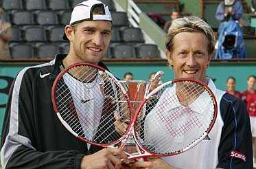 glada segrare Max Mirnyj vann tillsammans med svenske dubbelspecialisten Jonas Björkman Franska Öppna på lördagen.