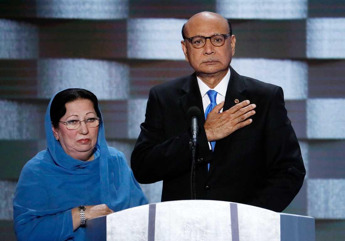 Khizr Khan höll upp den amerikanska konstitutionen och frågade om Donald Trump ens hade läst den. Foto: AP TT