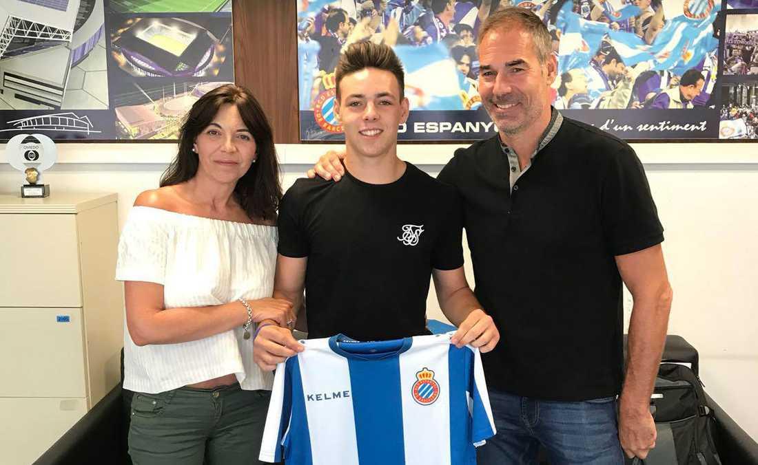 Mamma Montse och pappa Tomas när Max Svensson skrev på för Espanyol 2018 som 16-åring.