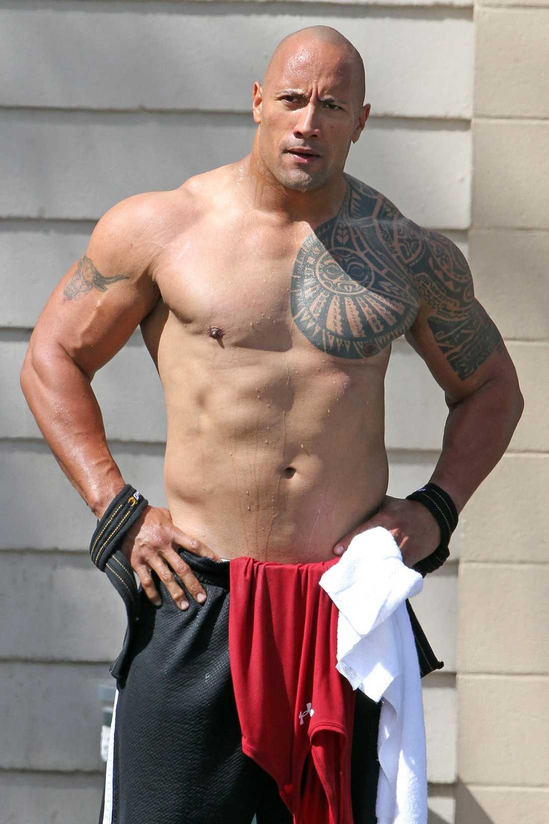 """Så här uppumpad är Dwayne """"The Rock"""" Johnson när han lämnar gymmet. Skådespelaren är på Hawaii och spelar in filmen """"Journey 2: The Mysterious Island"""" med bland andra Vanessa Hudgens."""