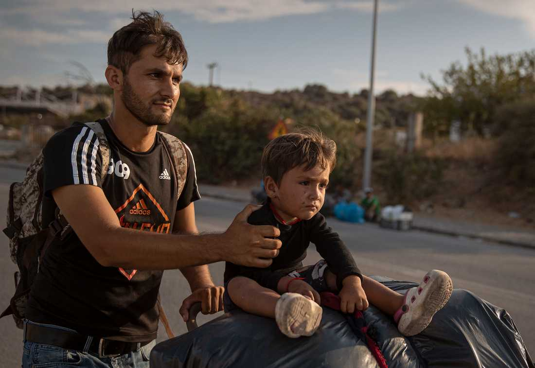 Flyktingar på den grekiska ön Lesbos. Drygt tiotusen, varav cirka en tredjedel barn, lever där under svåra förhållanden och har svårt att ta sig vidare när Europa har stängt sina gränser.