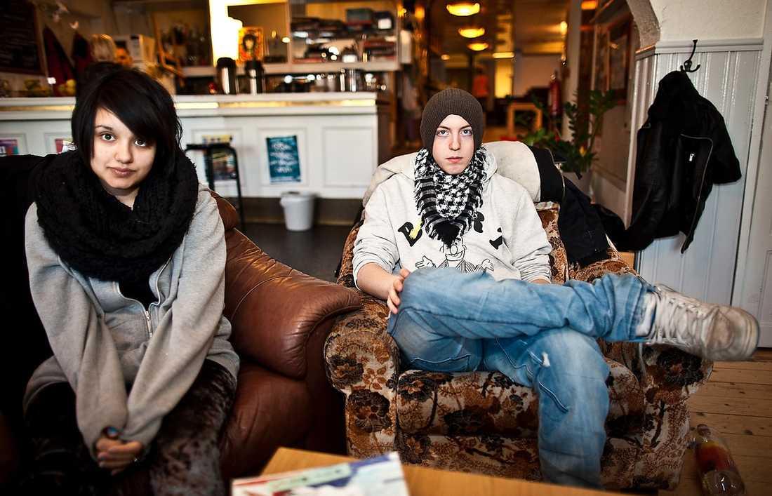 förbjöds ställa frågor Samina Khan, 16, och Alexander Sloots, 17, i Malmö, fick en ny chans att ställa frågor till statsminister Fredrik Reinfeldt med hjälp av Aftonbladet.