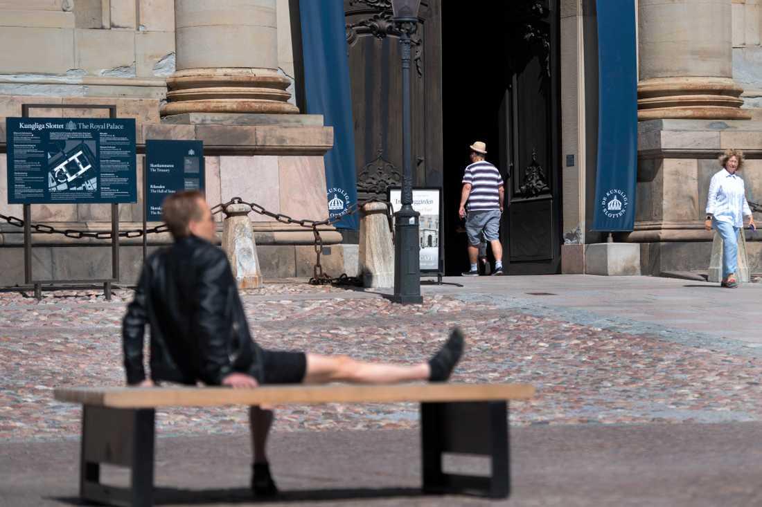 Några av få turister utanför Slottskyrkan Stockholm.
