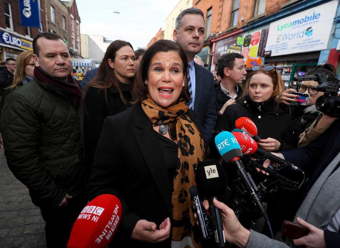 Sinn Féins partiledare Mary Lou McDonald kampanjar i Dublin inför lördagens parlamentsval i Irland.