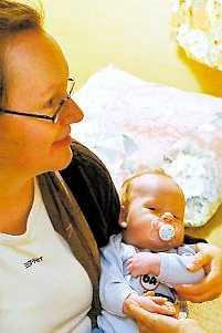 Jakob hos sin mamma Catrin Hylander.