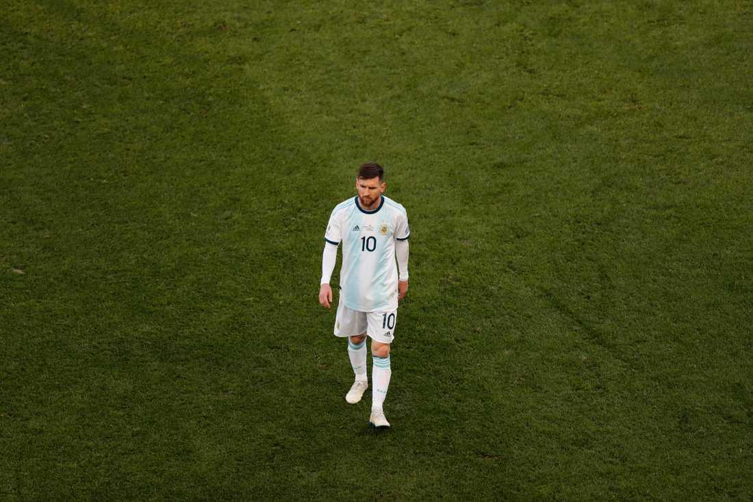 Lionel Messi vandrar av planen efter att ha blivit utvisad i semifinalen mot Chile i Copa América tidigare i juli.
