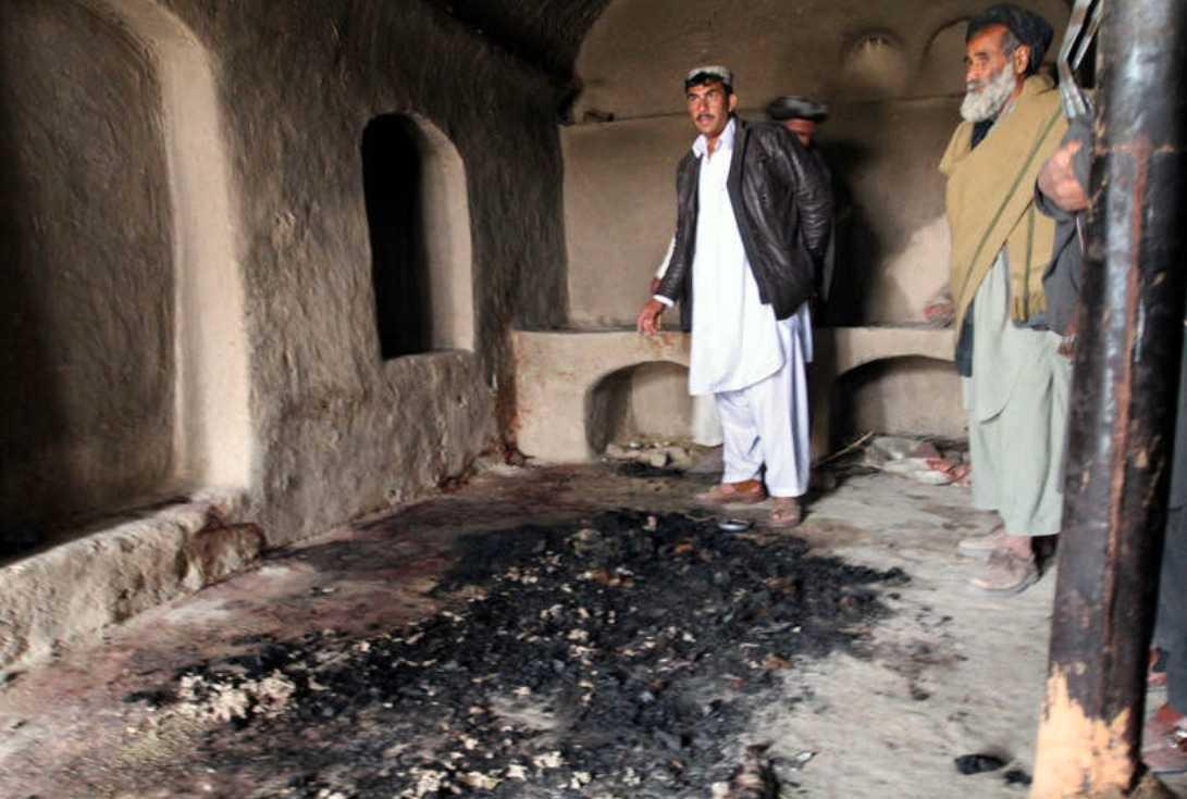 Här dödades de Tre män visar upp ett av rummen där den amerikanske soldaten tog sig in och avrättade civila. Av de 16 som dödades var nio barn. Efter att han skjutit ihjäl dem tände han sedan eld på flera av kropparna.