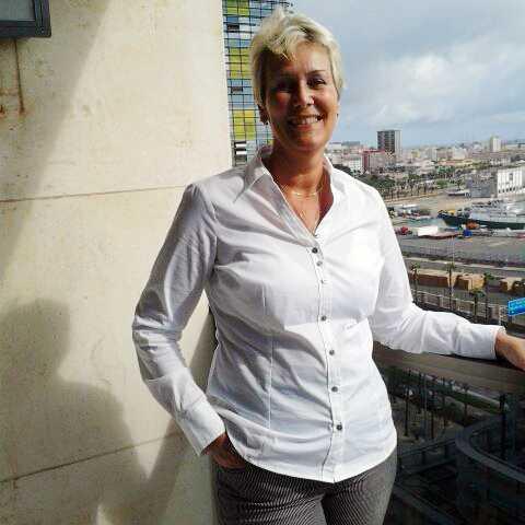 BESVIKEN. Det här är Eva Nilsson till vardags. Hon har under alla år varit mån om att se proper ut – nu vill hennes chef omplacera henne för en centimer stora ringar i öronen.