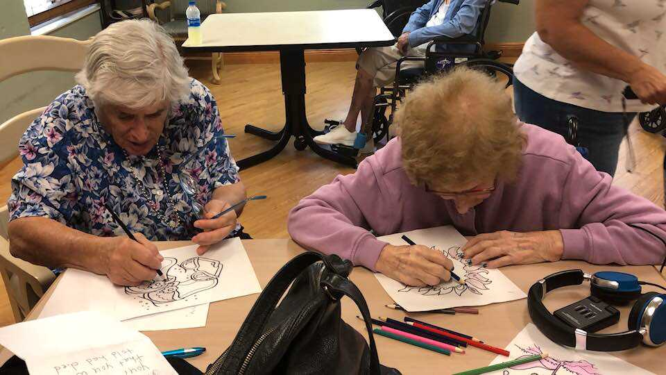 Här sitter mor och dotter och ritar tillsammans.