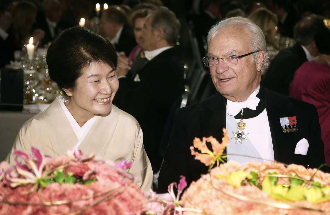 Kung Carl XVI Gustaf och fysikpristagaren Kajita Michiko under nobelmiddagen.