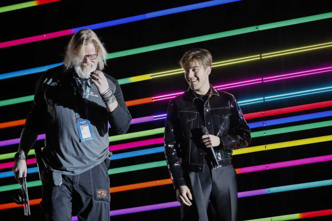 Benjamin Ingrosso med svenska studiomannen Henric von Zweigbergk på Eurovision-scenen