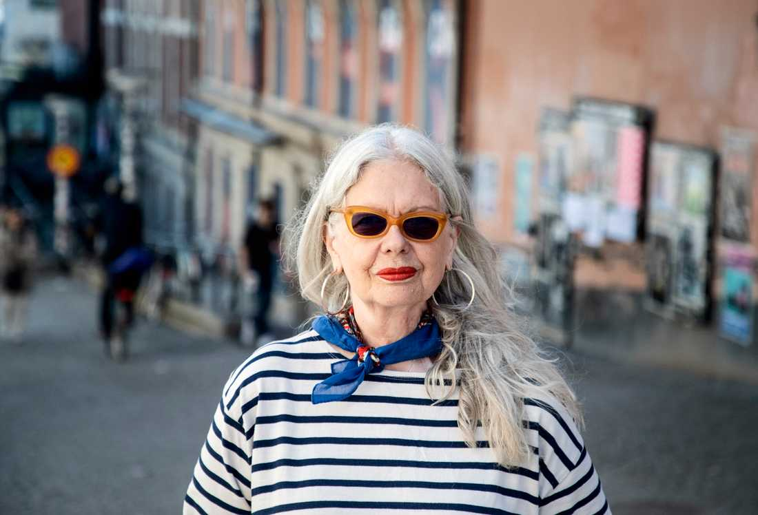 Marianne Lindberg De Geer tycker att det vore en bra idé att de som åker elsparkcykel använder hjälm.