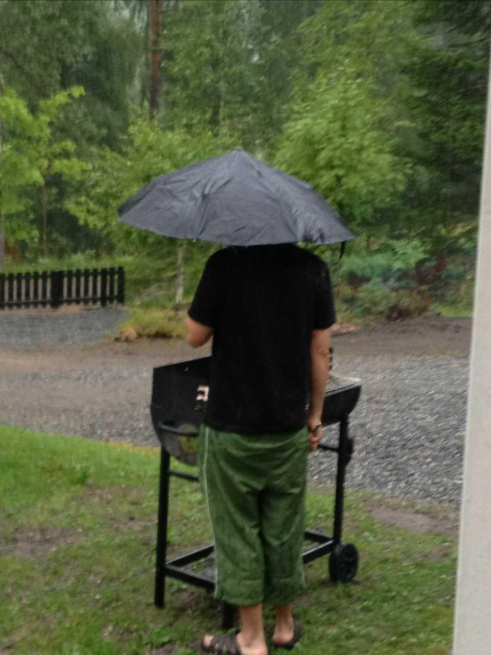 Det går faktiskt att grilla trots ösregn och underbart goda blev hamburgarna också, med lite regn på