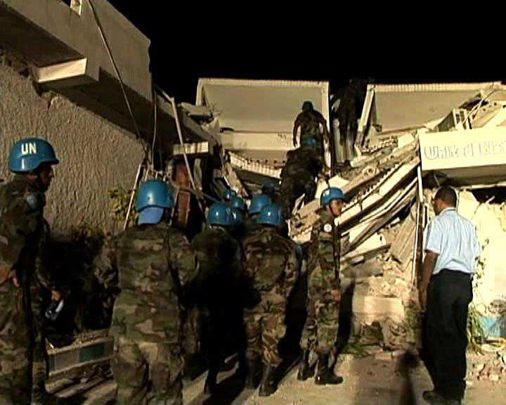 RÄDDNINGSARBETE PÅGÅR FNs hjälparbetare tar sig upp till ett raserat hus.