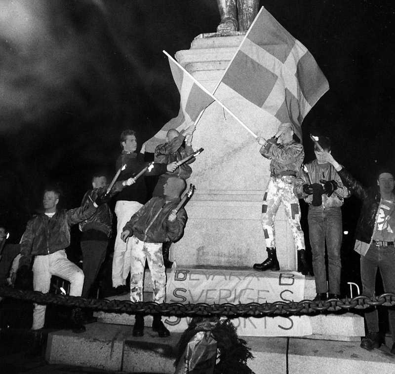 Skinnskallar från organisationen BSS (Bevara Sverige Svenskt) under en demonstration vid Karl XII:s staty den 20 november 1984