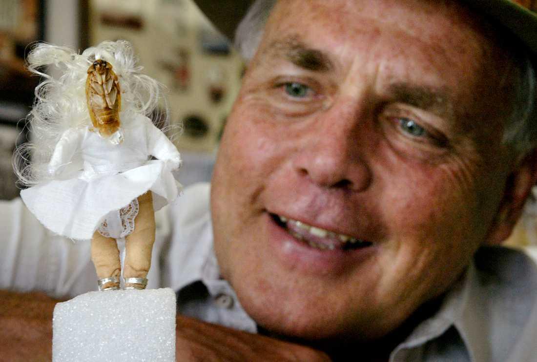 Michael Bohdan visar upp sin Marilyn Monroe-kackerlacka.
