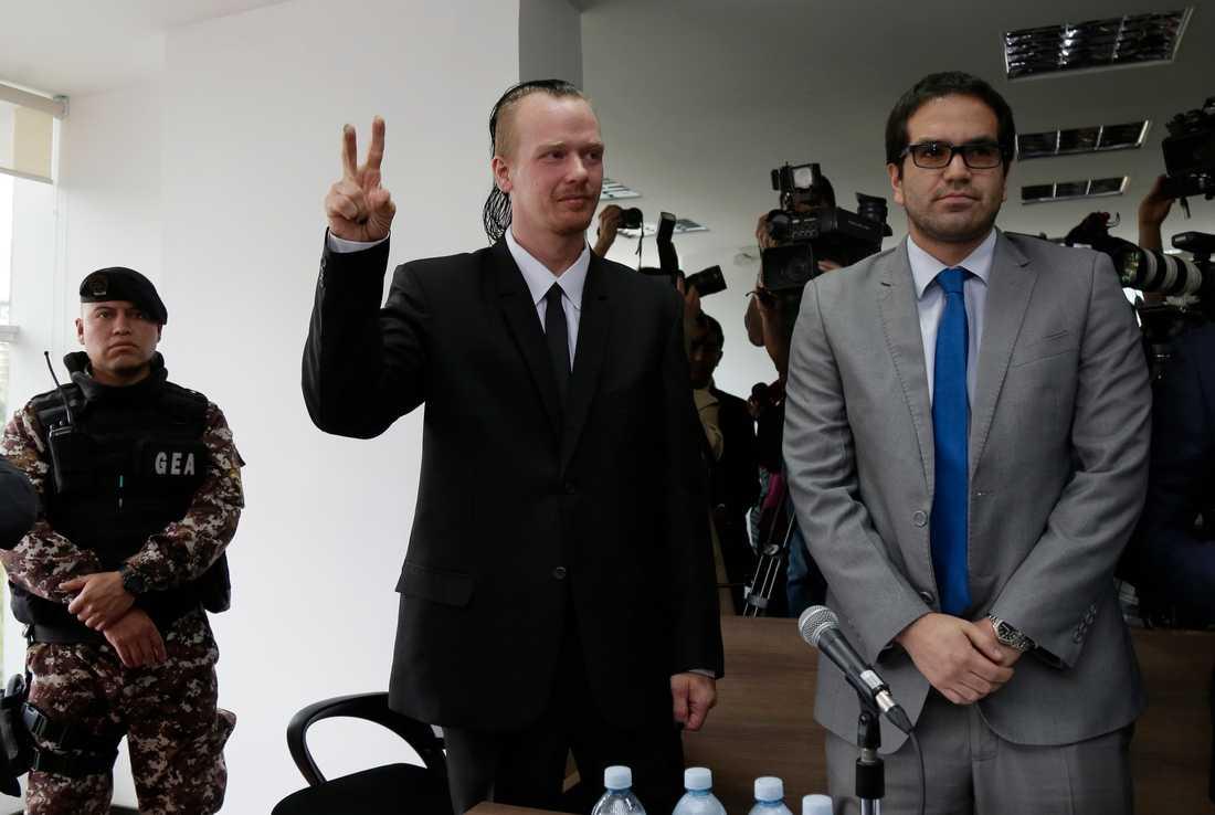 Ola Bini gör segertecknet på väg in i en domstol i Quito i början av maj. Svensken är fortfarande frihetsberövad och vädjar nu till FN om hjälp.