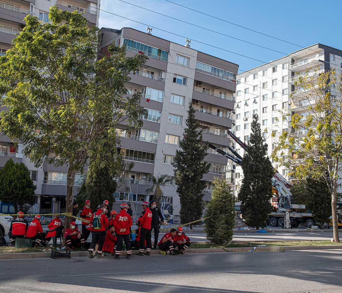 Lägenhetshuset som stöttats upp går inte att rädda meddelar räddningstjänsten. Trycket är för stort.