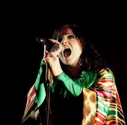Björk levererade i den bisarrt blöta festivalkvällen.