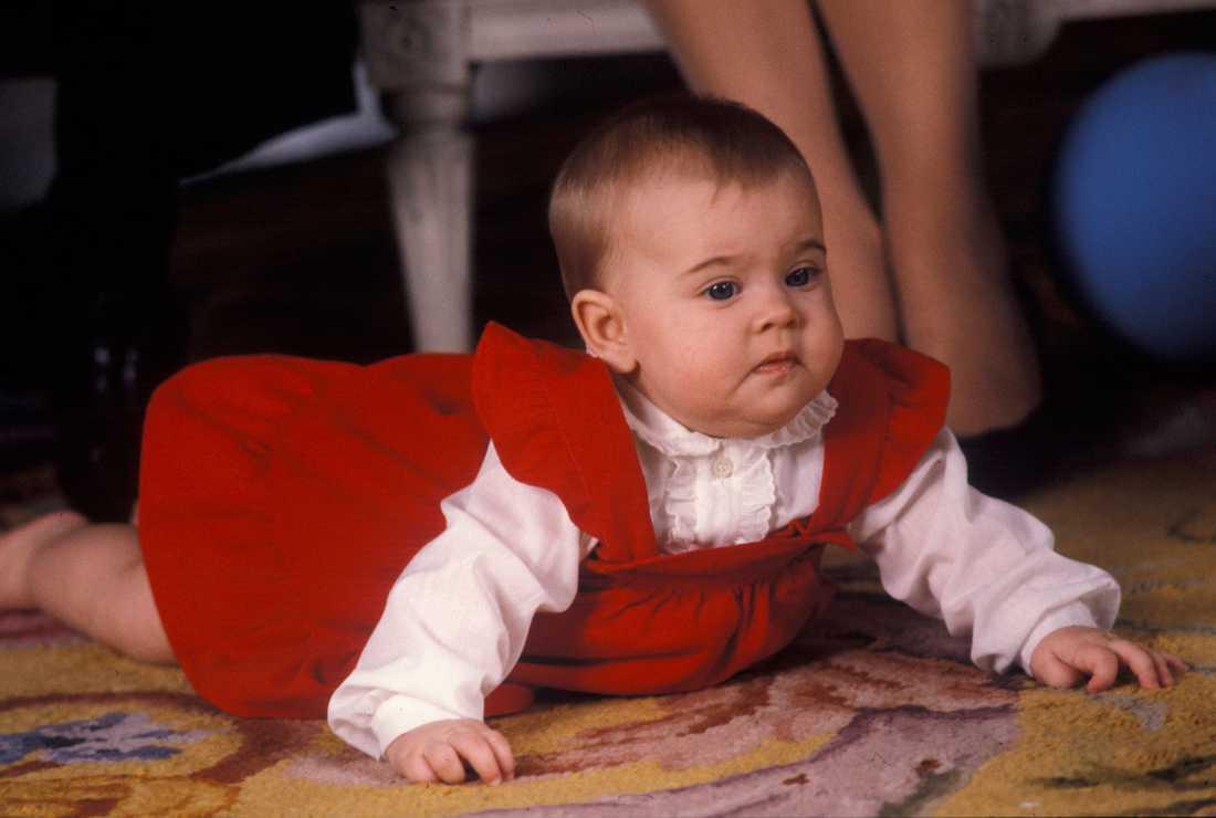 Första julen Prinsessans första jul 1982. Madeleine fick ligga på golvet, nära mamma Silvia, under en julfotografering på Stockholms slott december 1982.