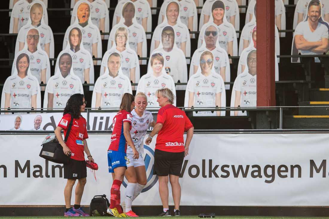 Rosengårds Sofie Svava lämnar planen skadad under fotbollsmatchen i Damallsvenskan mellan FC Rosengård och Vittsjö den 27 juni 2020 i Malmö.