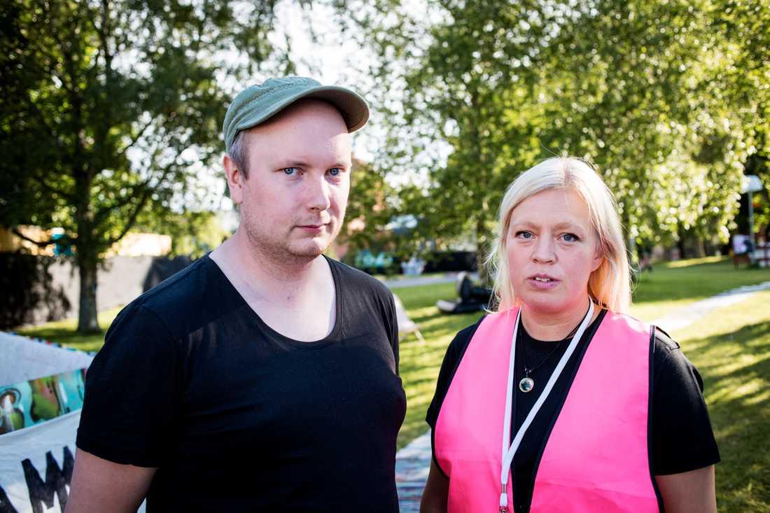 """""""Vi är förfärade över det som har hänt"""", säger Jonas Eriksson, trygghetssamordnare på Peace & Love. Jill Agelin representerar Kvinnojouren vid festivalen. """"Samtidigt är det lätt att enskilda händelser förstoras i media. Man får inte glömma den andra sidan, att det finns väldigt mycket kärlek och respekt"""", säger hon."""