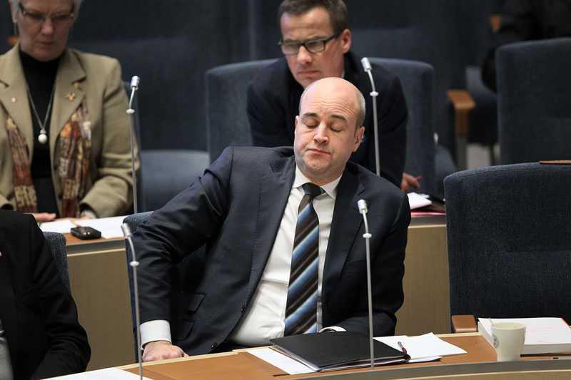 VAR DET EN HÅRD NATTMANGLING med de sista budgetsiffrorna kvällen innan? En lite tupplur tar sig statsministern i alla fall.