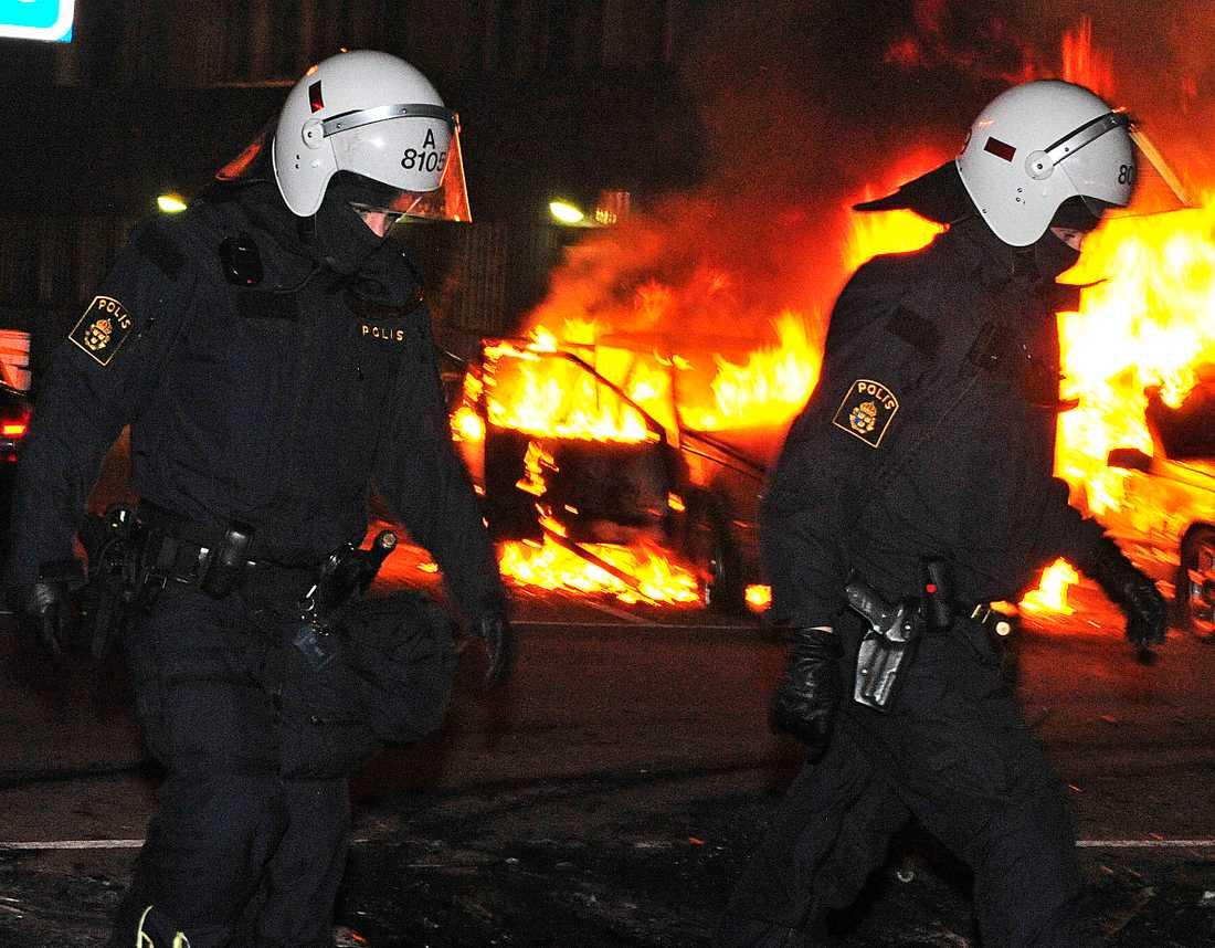 """""""DET ÄR EN REVOLT"""" Flera nätter i rad har bilar brunnit i Husby. Idag ger skrivgruppen Pantrarna för upprustning av förirten sitt stöd till de unga i Stockholmsförorten – och uppmanar till krafttag mot polisens övervåld."""