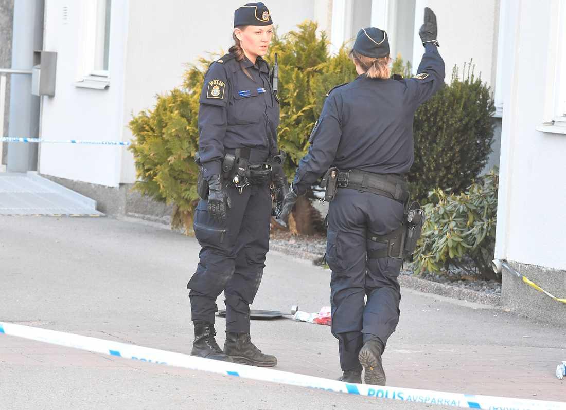 Polis sköt verkanseld mot en knivbeväpnad man i Skärholmen efter larm om ett bråk i en lägenhet.