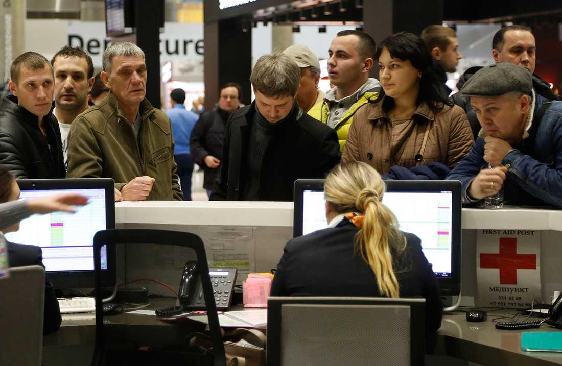 Oroliga anhöriga samlas vid flygplatsen i Sankt Petersburg.
