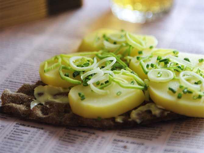 Goda, enkla matiga mackor med kokt potatis.