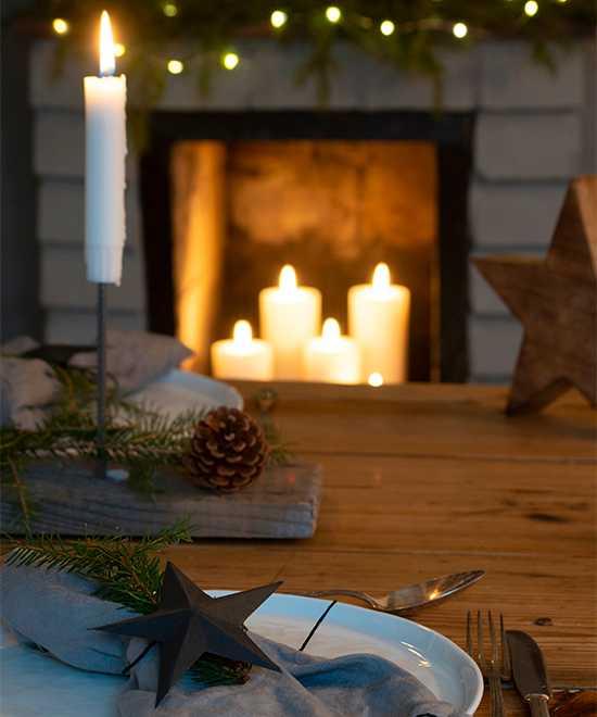 Juldukning med enkla medel. Tallrikar från Lagerhaus, tygservetter i grå linne från Gekås. Silverbesticken är arvegods och används flitigt.