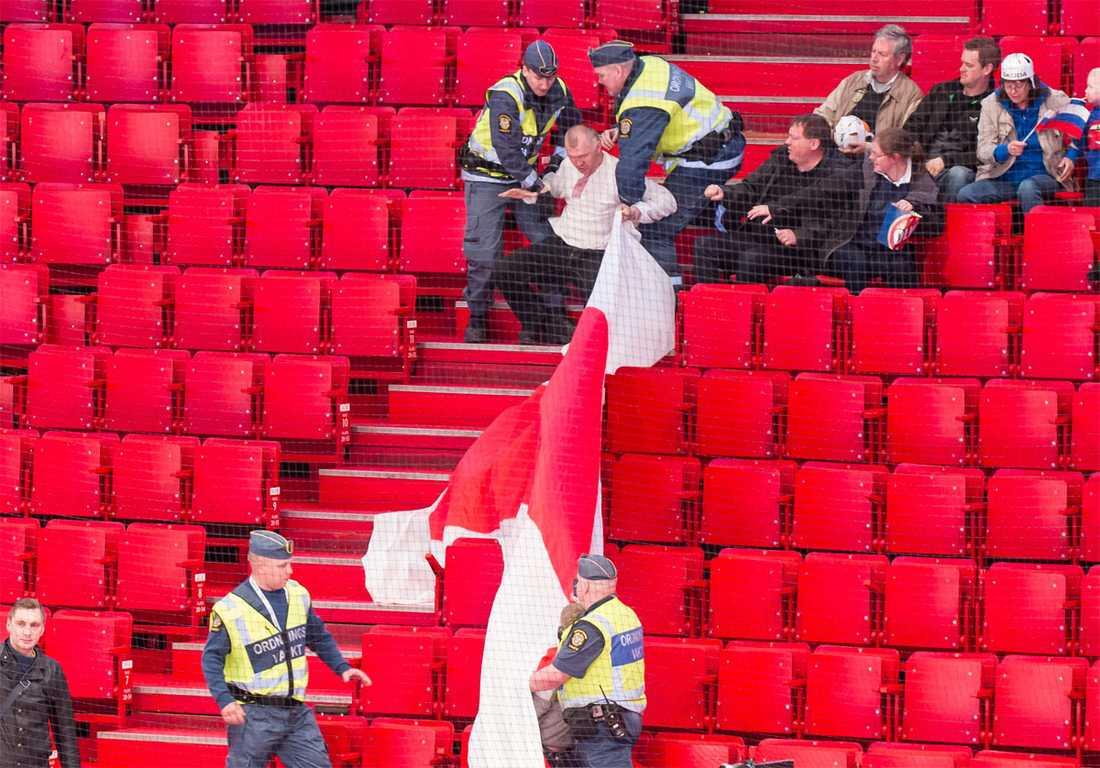 Ordningsvakter ryckte in för att stoppa vitryska supportrar från att visa upp den traditionella vitröda flaggan under matchen mot Slovenien.