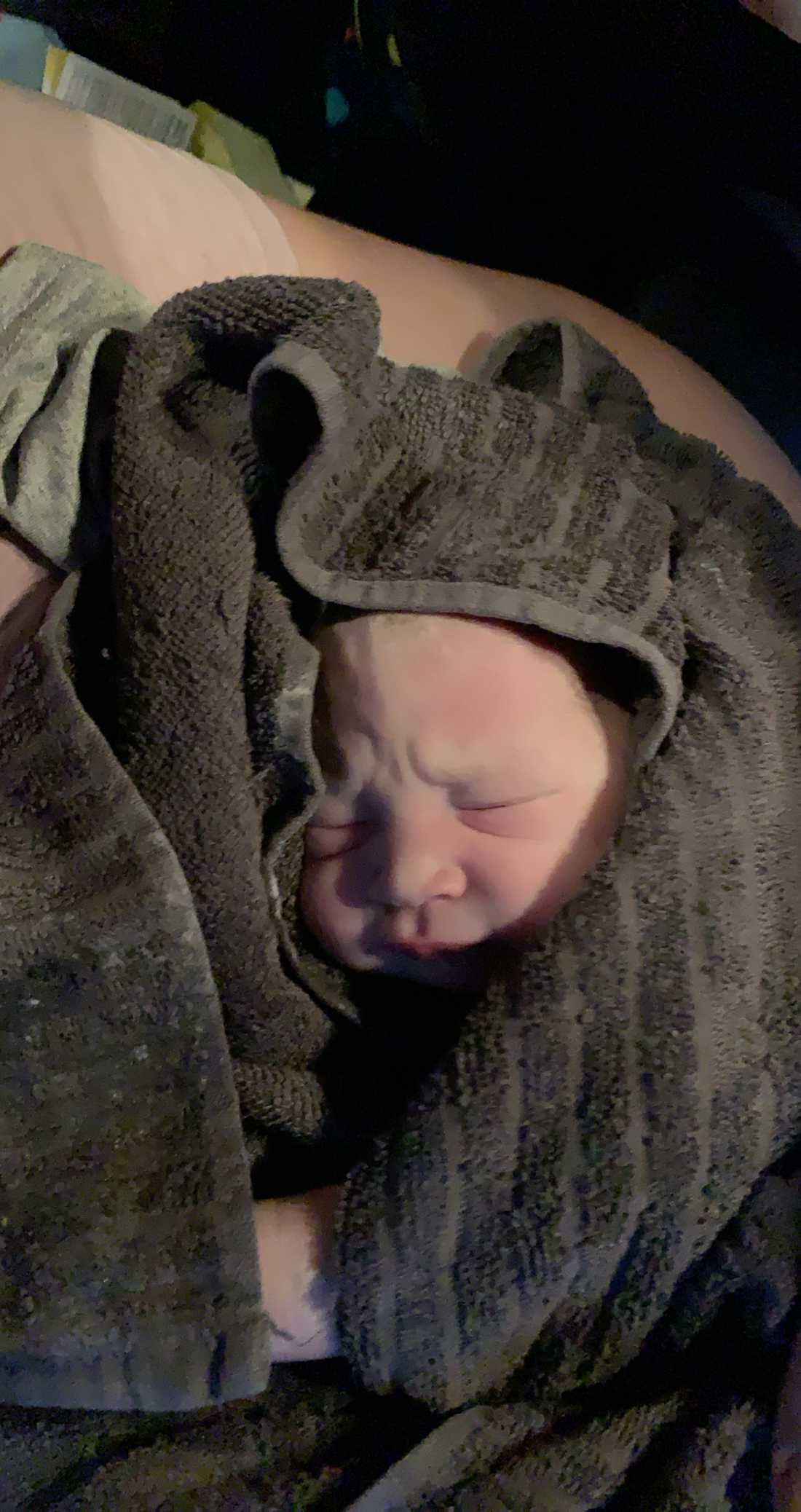 Första bilden på bebisen Jessica, tagen strax efter förlossningen i bilen.