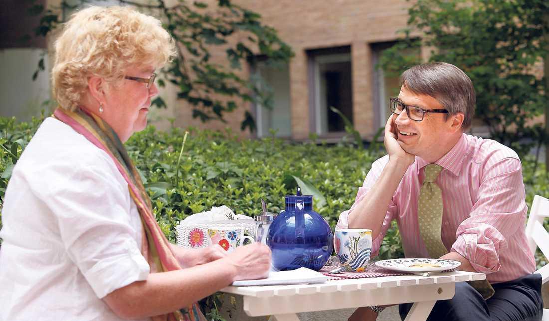 """Görans val: fullkornskex med ost Kristdemokraternas pertiledare Göran Hägglund vill ha ett lite nyttigare alternativ till kaffet. """"Jag försöker undvika fint mjöl och socker"""", säger han. Om hans politik är lika sund som valet av fika är upp till väljarna. """"Man ska rösta på oss om man anser att familjen ska stödjas, inte styras"""", säger han."""