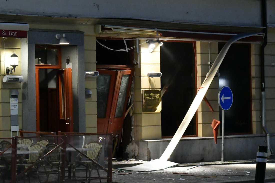 Entrén till en en nattklubb förstördes i andra smällen.