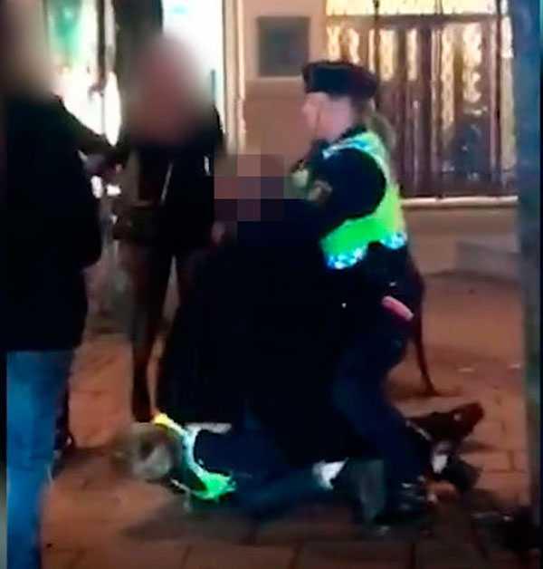 Den våldsamme mannen skulle övermannas av två poliser när han lyckades ta ett av deras tjänstevapen.