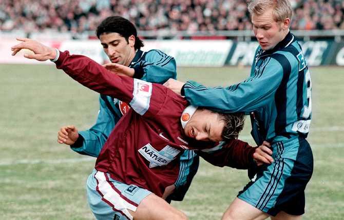 Mot vårmötet med Djurgården 2001 gjorde Zlatan ett av målen i MFF:s 4-0-seger. Här blir han hårt tagen av Abgar Barsom och Mikael Dorsin.