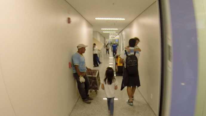 Tidningen Globo Esporte var på plats på flygplatsen när Luis Suárez anlände med sin familj.