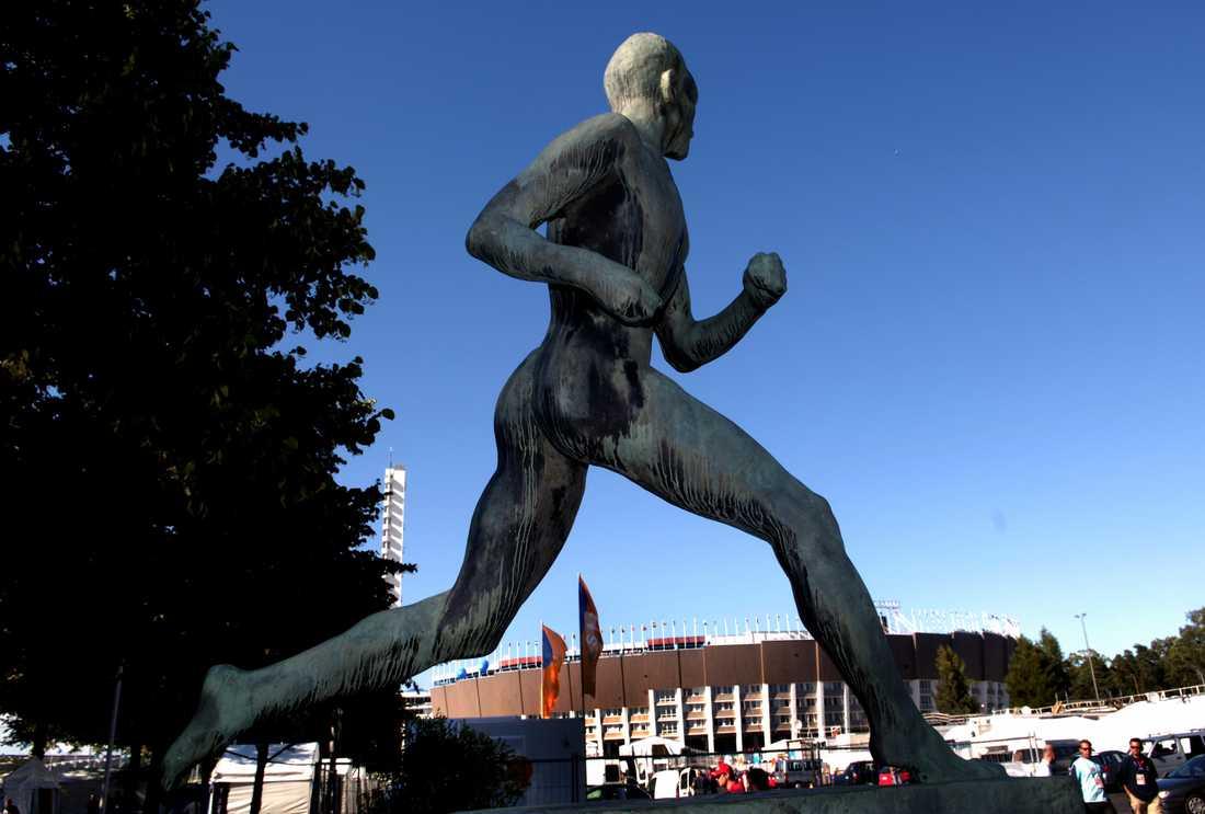 Paavo Nurmi står staty utanför Olympiastadion i Helsingfors. 2020 är det 100 år sedan Nurmi tog sina första OS-guld i löpning. Arkivbild.