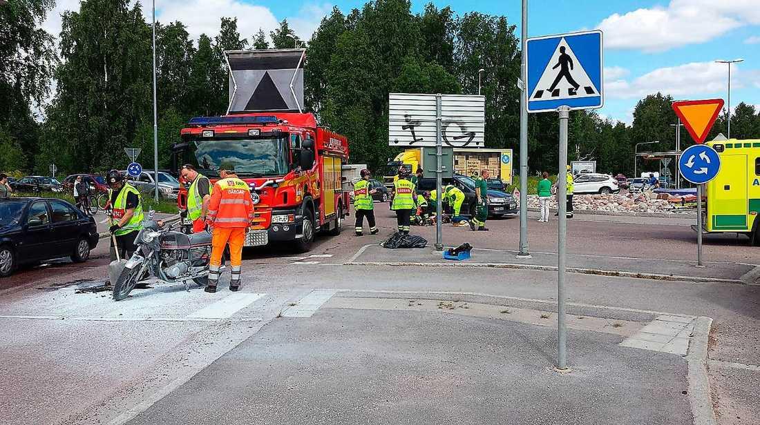 I Gävle krockade en mc-förare med en lastbil. Mc-föraren fick föras till sjukhus.