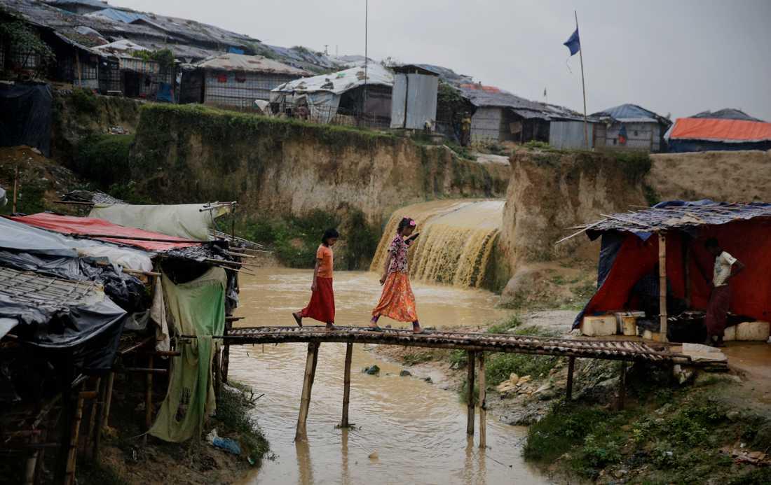 Rohingyaflyktingarna som flytt från Myanmar över gränsen till Bangladesh och bor i läger som är svårt utsatta för översvämningar är ett exempel på en flyktinggrupp som flyr både från osäkerhet i sitt hemland och från klimatförändringarnas konsekvenser.