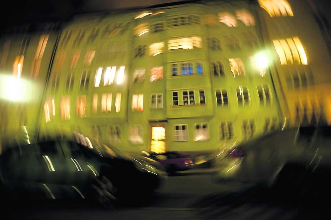 Den attraktiva lägenheten ligger på Kungsholmstorg i centrala Stockholm.